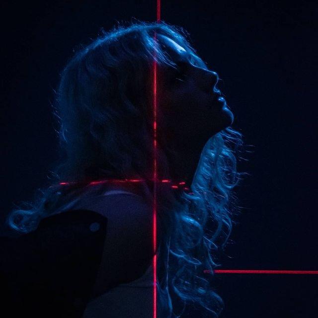 Vernissage02.11.Samu_Laser_Girl.jpg
